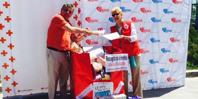 Narciso de Foxá entrega a Cruz Roja lo recaudado por el cupón de oro y los alimentos donados