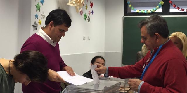 Narciso de Foxá ejerce su derecho a voto en Majadahonda